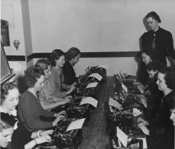 NYA:Illinois:Vocational Guidance:brush-up classes to improve typing ability: group picture of woman at typewriters. National Archives and Records Administration, Public domain, via Wikimedia Commons.